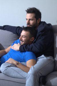 Αγκαλιά στον καναπέ